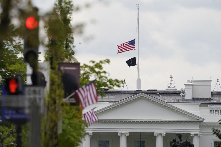 La bandera estadounidense ondea a media asta sobre la Casa Blanca, Washington