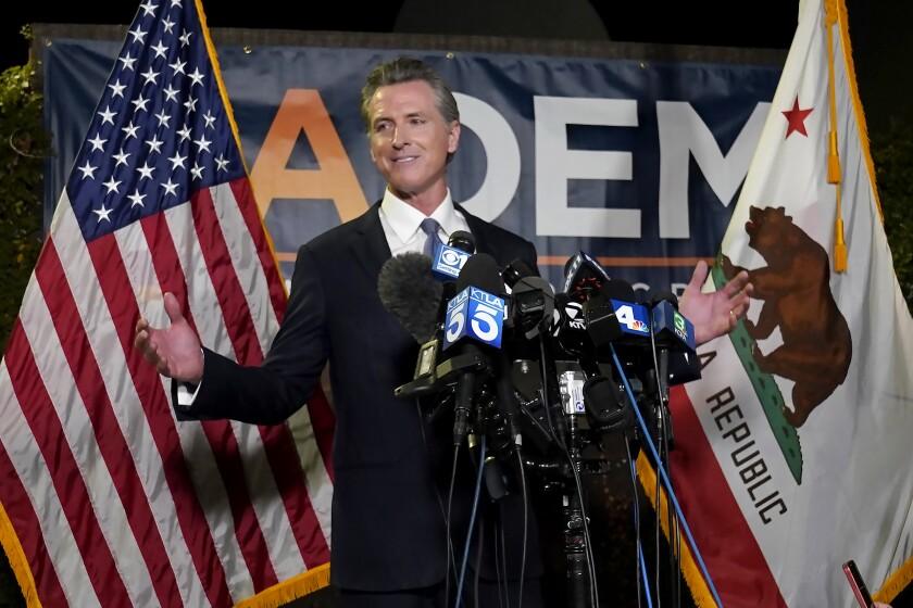 El gobernador de California, Gavin Newsom, se dirige a reporteros tras superar un referendo