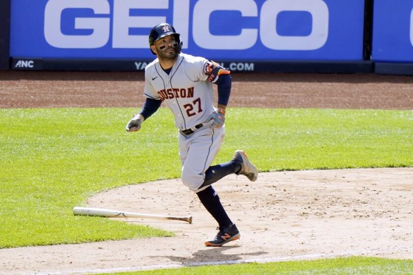 José Altuve (27) de los Astros de Houston tras conectar un jonrón ante los Yanquis de Nueva York, el jueves 6 de mayo de 2021. (AP Foto/Kathy Willens)