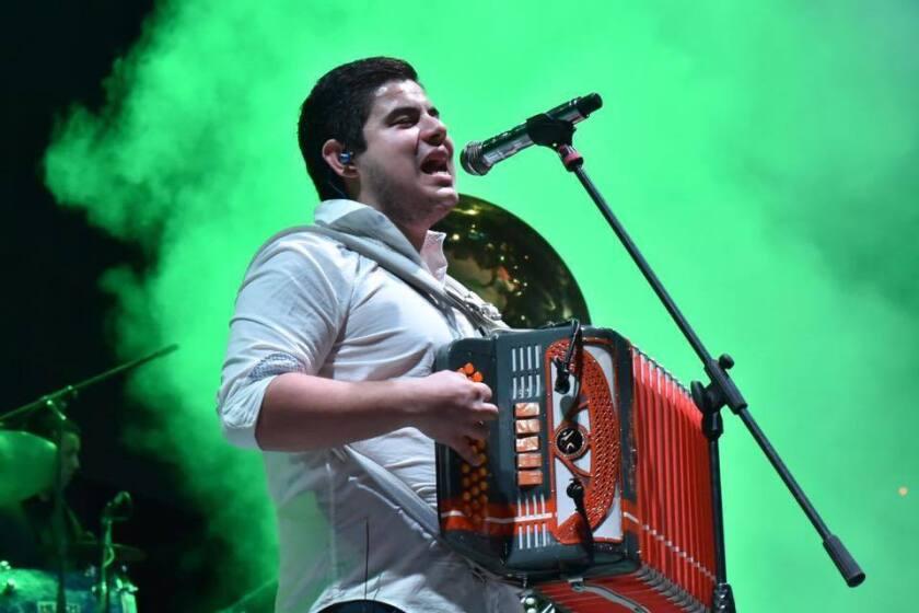 El cantante y acordeonista sinaloense Alfredo Rivas se salvó de morir el año pasado luego de recibir varios balazos mientras se encontraba en medio de uno de sus propios conciertos.