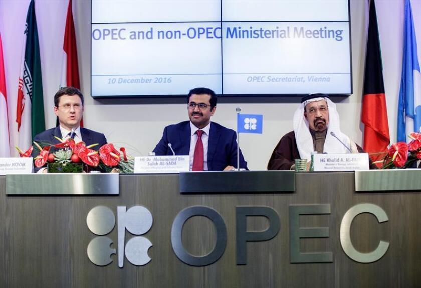 De izda a dcha; el ministro de Energía ruso Alexander Novak, el de Qatar Mohammed Al-Sada y el de Arabia Saudi Khalid Al-Falih. EFE