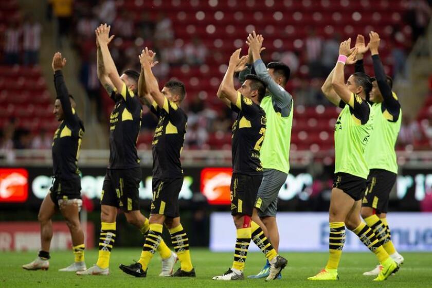 Jugadores de Morelia festejan su triunfo ante Chivas durante un partido correspondiente a la jornada 14 del torneo mexicano de fútbol, celebrado en el estadio Akron, en la ciudad de Guadalajara, Jalisco (México). EFE