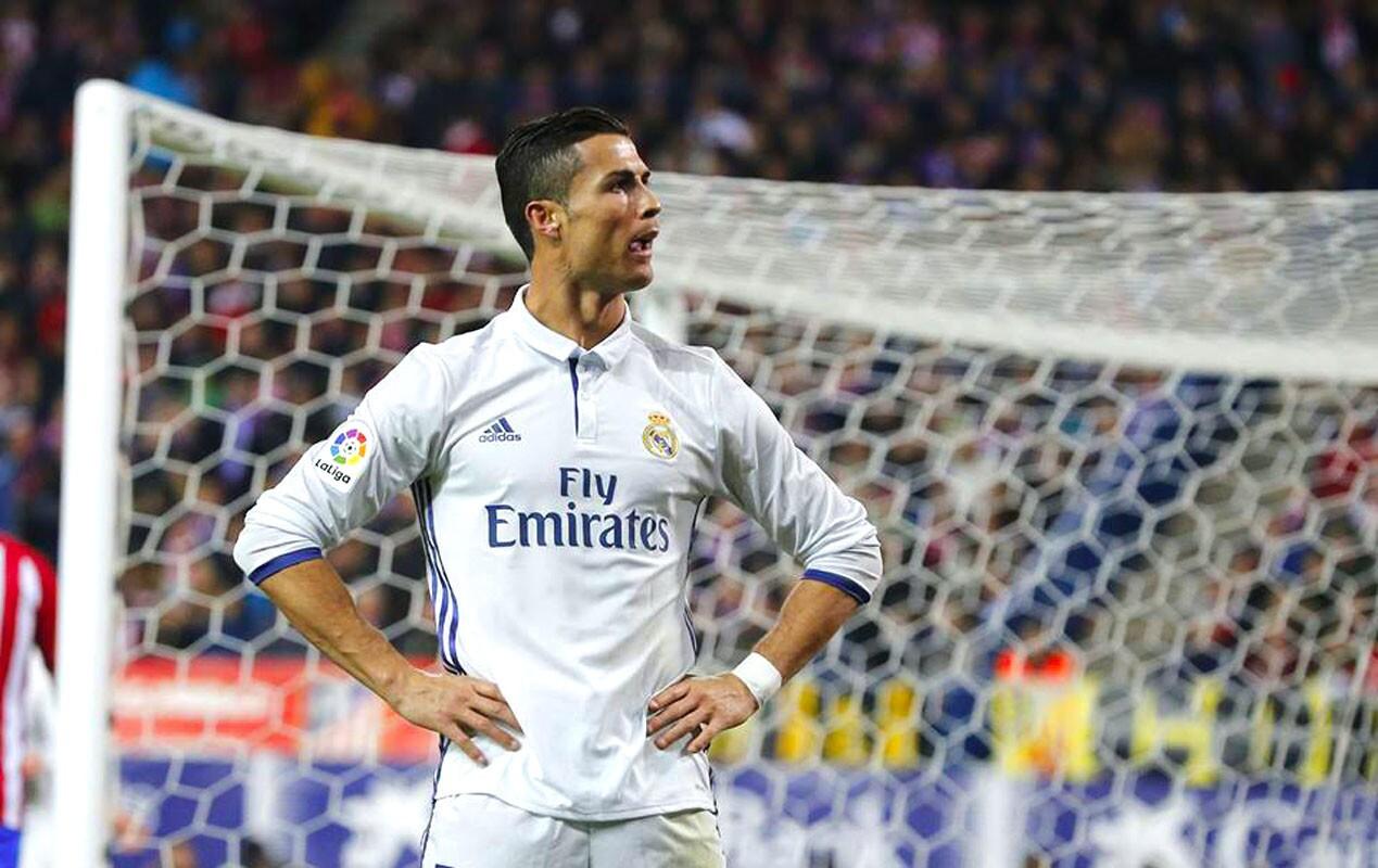 Cristiano Ronaldo marcó tres goles y el líder Real Madrid (30 puntos) derrotó 3-0 en el clásico ante Atlético de Madrid en la liga española, que comanda ahora con cuatro puntos de ventaja sobre el escolta Barcelona.