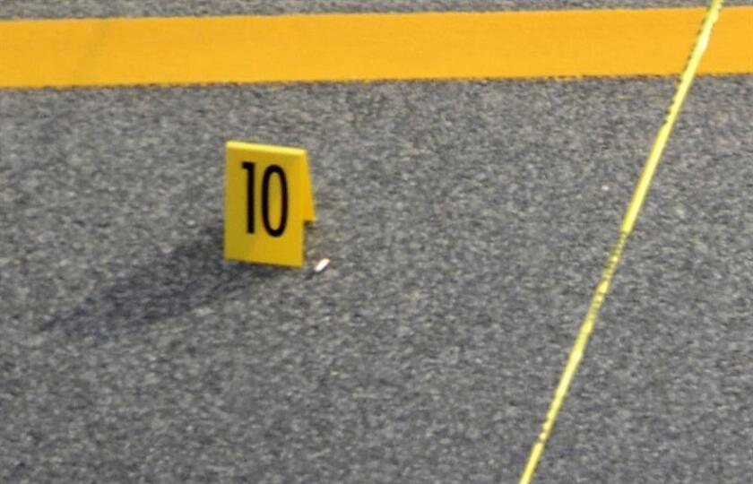 Detalle de marcadores de evidencia en el lugar de un tiroteo en una universidad de Michigan. EFE/Archivo
