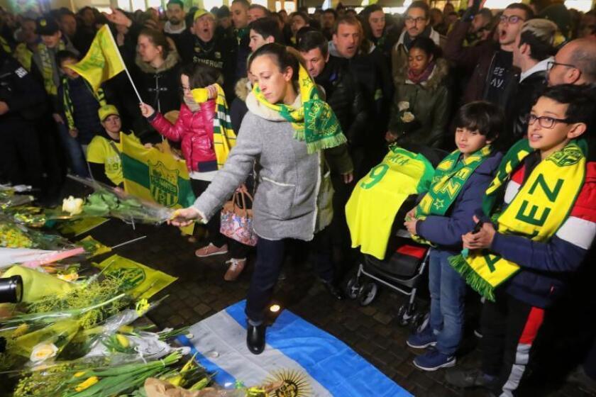 Varias personas participan en una vigilia de apoyo al futbolista argentino Emiliano Sala anoche en Nantes (Francia). EFE