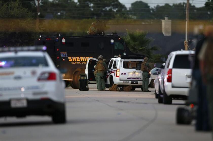 El Departamento de Policía de Houston, en Texas, investiga un operativo realizado el pasado mes y que se saldó con dos civiles muertos y cinco oficiales heridos, por presuntas contradicciones, informan hoy medios locales. EFE/Archivo