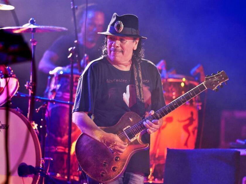 El guitarrista mexicano Carlos Santana durante su actuación en el Festival de Peralada, dentro de su gira Divination Tour, en el que repasa los éxitos de 40 años de carrera que le han convertido en un mito del rock. EFE/Archivo