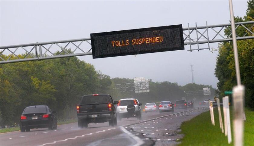 Vehículos se alejan de las costas de Florida en una autopista de la ciudad de Cocoa Beach en Florida(EE.UU.), previo a la llegada del Huracán Matthew. EFE/Archivo