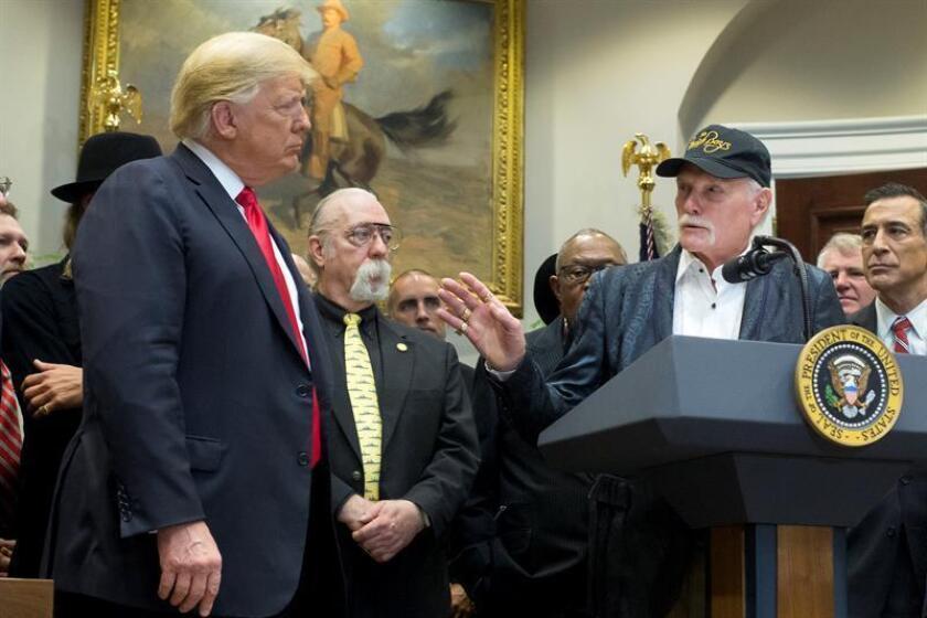 """El presidente estadounidense, Donald J. Trump (i), y el músico y cofundador de """"The Beach Boys"""" Mike Love (d) participan durante la ceremonia de firma de la """"Ley de Modernización de Música Orrin G. Hatch-Bob Goodlatte"""" hoy, jueves 11 de octubre de 2018, en el Salón Roosevelt de la Casa Blanca, en Washington, DC (EE. UU.). EFE"""