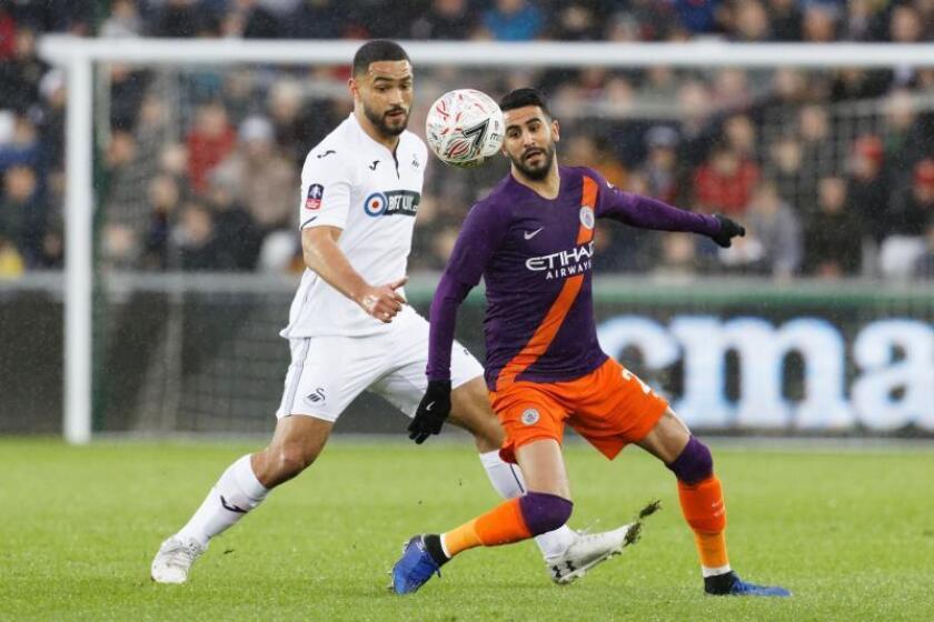 El jugador Cameron Carter-Vickers, del Swansea City, y Riyad Mahrez, del Manchester City durante el partido de la FA Cup jugado en Gales. EFE/EPA