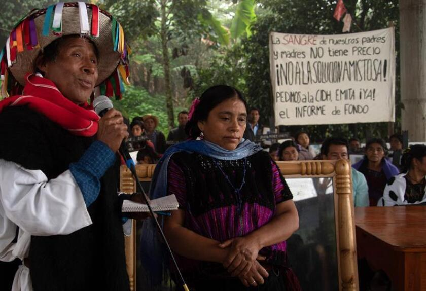 Familiares y miembros de la Organización Sociedad Civil Las Abejas de Acteal, participan en una rueda de prensa este miércoles, en el municipio de Chenalhó, en el estado de Chiapas (México). Las familias y supervivientes de la matanza de 45 indígenas ocurrida, el 22 de diciembre de 1997 en Acteal, estado mexicano de Chiapas, exigieron este miércoles a la Comisión Interamericana de Derechos Humanos (CIDH) un informe de fondo que determine si se violaron o no los derechos humanos. Al expresar públicamente su decisión de seguir el procedimiento del caso de la masacre de Acteal ante la CIDH, que lo admitió hace ocho años y cuatro meses, reiteraron su rechazo a la oferta de solución amistosa propuesta por el Estado mexicano. EFE