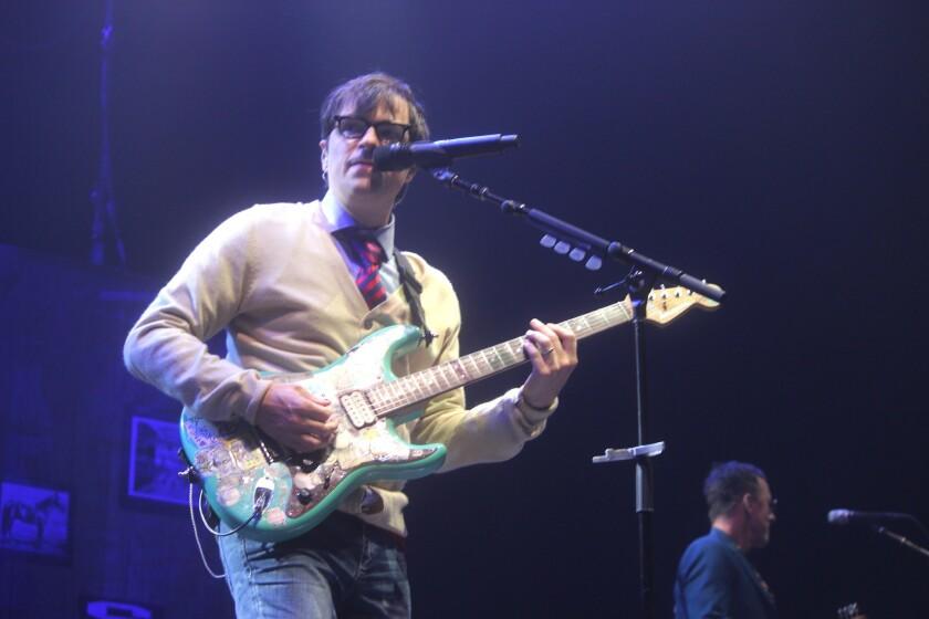 Adelante, Rivers Cuomo, vocalista y guitarrista de Weezer, durante el concierto de esta semana en el Forum de Inglewood al lado de Pixies y Sleigh Bells.