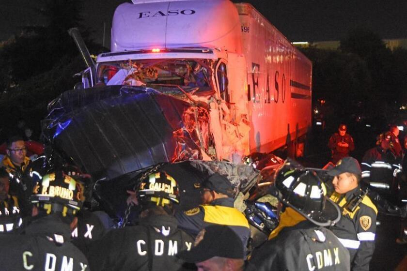 El tractocamión que el miércoles por la noche arrolló a 10 vehículos y provocó 10 muertos y 17 heridos en la carretera México-Toluca, que conecta la capital mexicana con el Estado de México, viajaba a más de 100 kilómetros por hora, informaron hoy autoridades. EFE/STR