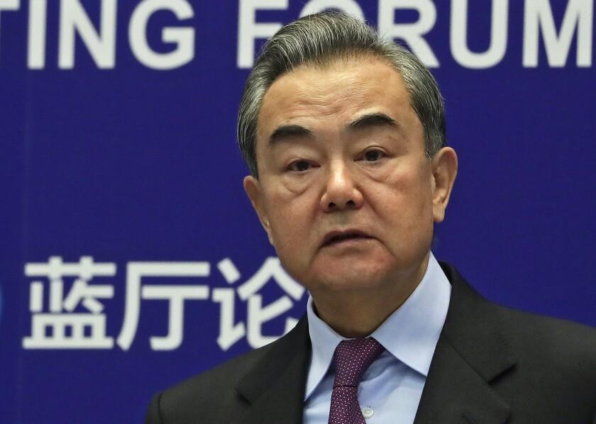En esta imagen de archivo, tomada el 22 de febrero de 2021, el ministro de Exteriores de China, Wang Yi, ofrece el discurso inaugural del Lanting Forum, en el Ministerio de Exteriores, en Beijing. (AP Foto/Andy Wong, archivo)