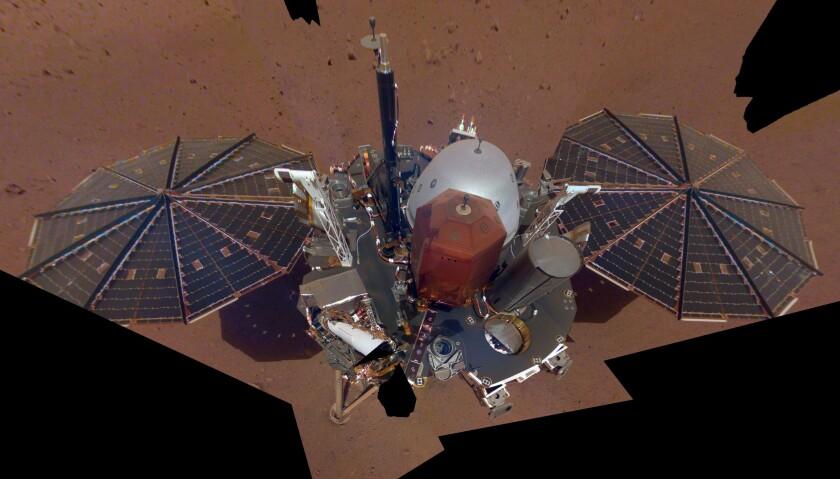 La sonda InSight posada en suelo de Marte. La imagen fue conformada con 11 imágenes tomadas con el brazo robot del aparato.