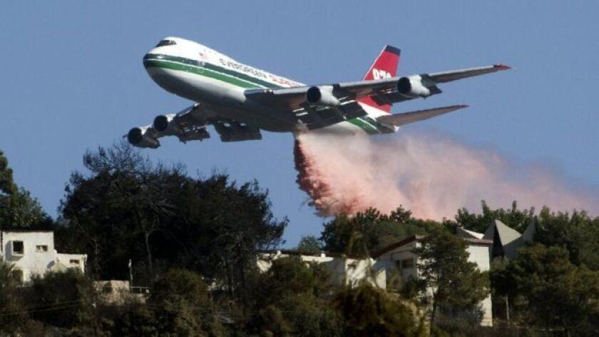 El avión Boeing 747-400, una de las aeronaves más grandes del mundo, deja caer un diluvio sobre un objetivo muy pequeño en tierra para demostrar su exactitud.