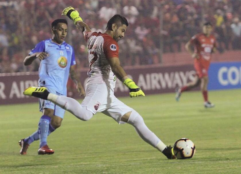 Luis Cárdenas (d), guardameta de Guabira de Bolivia, disputa el balón con Ronald Champang (i) de Macará de Ecuador, este jueves durante el encuentro por la Copa Sudamericana en Santa Cruz (Bolivia). EFE