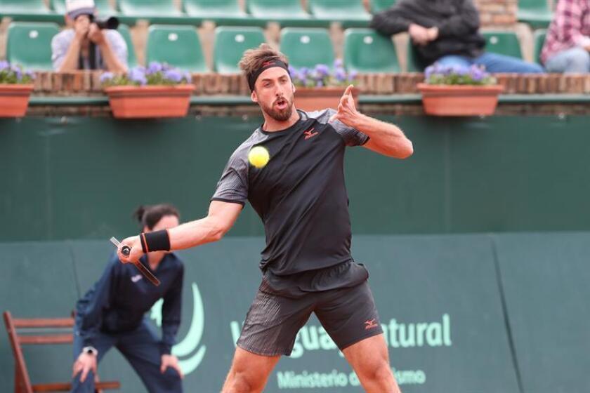 En la imagen un registro del tenista uruguayo Martín Cuevas, quien fue la mayor sorpresa al caer 3-6, 7-6 y 6-4 ante el argentino Tomás Lipovsek. EFE/Archivo