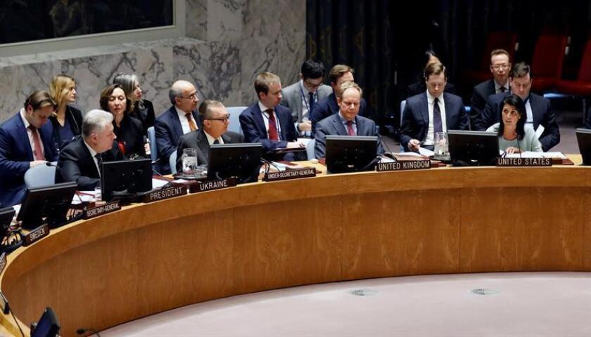 La nueva embajadora de Estados Unidos ante las Naciones Unidas (ONU), Nikki Haley (d-.abajo), participa en un Consejo de Seguridad que discute la tensa situación en Ucrania hoy, jueves 2 de febrero de 2017, en la sede principal de la ONU en Nueva York (EE.UU.). EFE