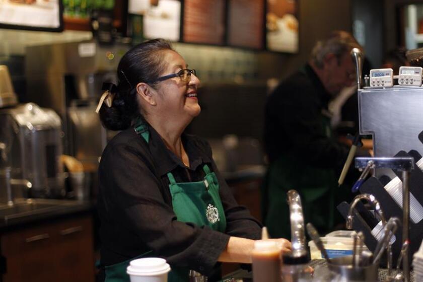 Carmen Lazo, trabajadora de una cafetería de la cadena Starbucks, atiende a clientes hoy, jueves 30 de agosto de 2018, en Ciudad de México (México). EFE