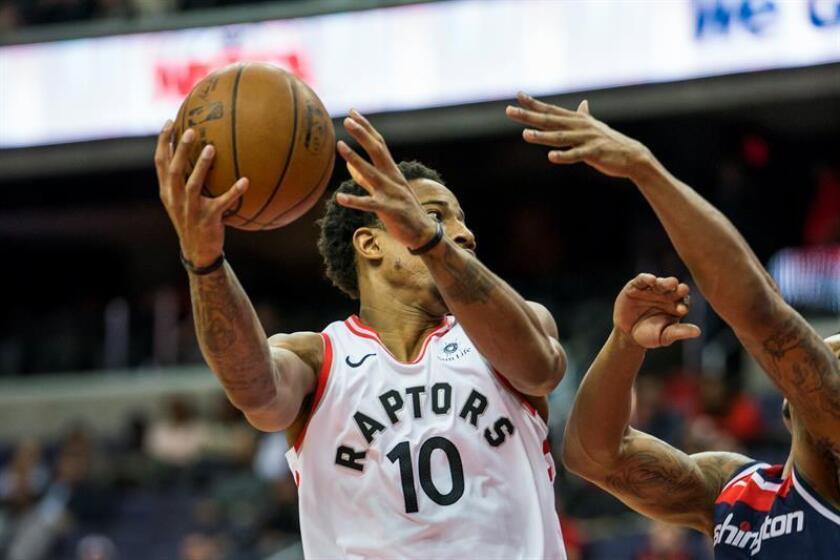 DeMar DeRozan contribuyó con 27 puntos a la victoria de los Raptors de Toronto por 115-112 sobre los Heat de Miami. EFE/Archivo