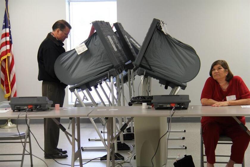 Los candidatos demócratas a la Gobernación de Texas Lupe Valdez y Andrew White pasaron este martes a segunda vuelta en las primarias para elegir al rival del actual gobernador, Greg Abbott, que arrasó en la contienda republicana. EFE/Archivo