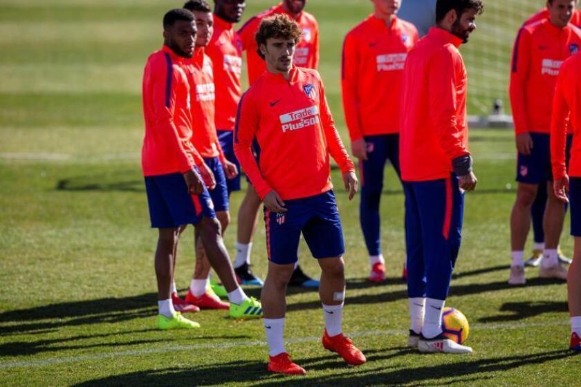 El delantero francés del Atlético de Madrid, Antoine Griezmann (c-i), y el delantero Diego Costa (c-d) , durante el entrenamiento realizado este viernes en la ciudad deportiva Wanda de Majadahonda. EFE
