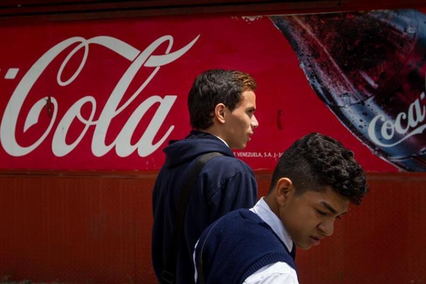 El grupo Coca-Cola lanzó este lunes al mercado un nuevo sabor del refresco que da nombre a la compañía tras más de una década sin sacar una variedad diferente en Estados Unidos, con una apuesta por mezclar el cítrico de la naranja y el dulce de la vainilla en una nueva bebida. EFE/Archivo