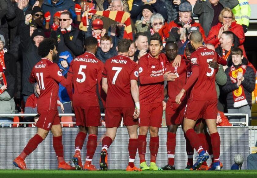 Los jugadores del Liverpool felicitan a Sadio Mane por un gol de su equipo ante el Bournemouth en Anfield en Liverpool, Reino Unido. EFE/EPA