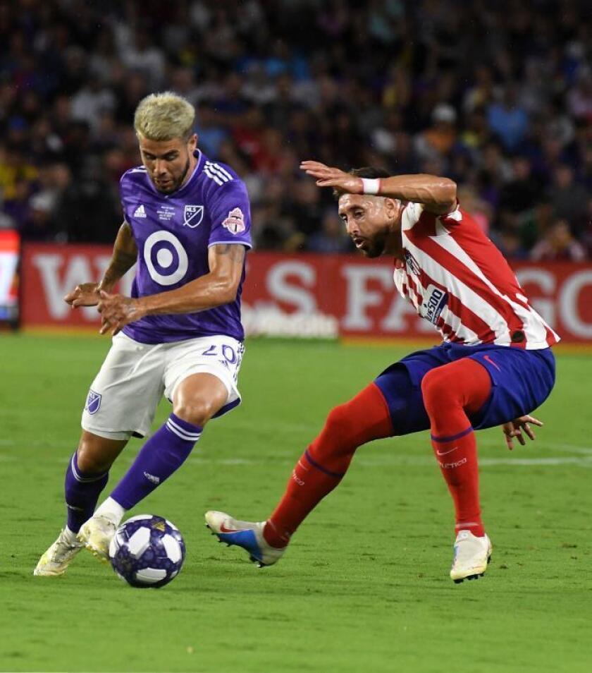 Alejandro Pozuelo (i) del equipo de las estrellas de fútbol de la MLS disputa el balón con Héctor Herrera (d) del Atlético de Madrid este miércoles, durante un partido amistoso en la ciudad de Orlando (EE.UU.). EFE/ Gerardo Mora/Archivo