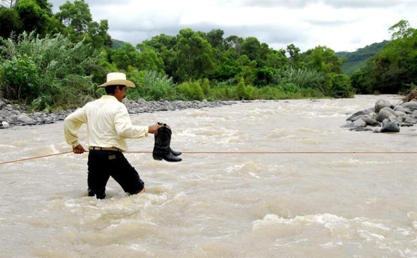 Las autoridades decretaron el estado de alerta en varios estados mexicanos por la cercanía del huracán Rosa, de categoría 1 en la escala Saffir-Simpson, que tocará tierra el lunes en la Península de Baja California, según el pronóstico del Servicio Meteorológico Nacional (SMN). EFE/ARCHIVO