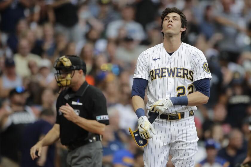 En foto del 25 de julio del 2021, Christian Yelich de los Cerveceros de Milwaukee reacciona a un ponche en la tercera entrada del juego ante los Medias Blancas de Chicago. El martes 27 de julio del 2021, Yelich da positivo por COVID-19 y tiene síntomas leves. (AP Photo/Aaron Gash)