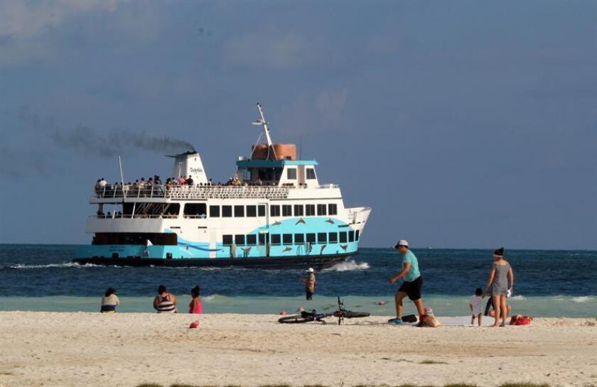 Fotografía de archivo del 31 de enero de 2017, que muestra a turistas paseando a bordo de una embarcación en Cancún, Quintana Roo (México). EFE