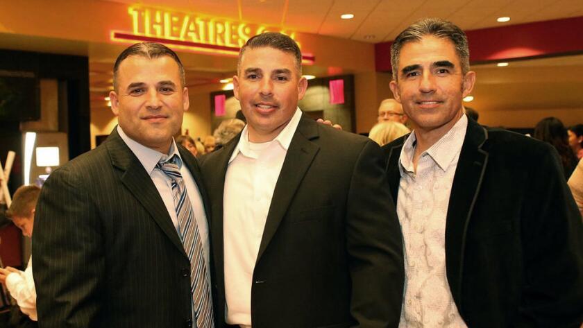 """Damacio Díaz, centro, y sus hermanos Danny (i) y David en la premier de """"McFarland, USA"""" en Bakersfield. Diaz admitió haber robado drogas de los narcotraficantes cuando era detective de Bakersfield. AP"""