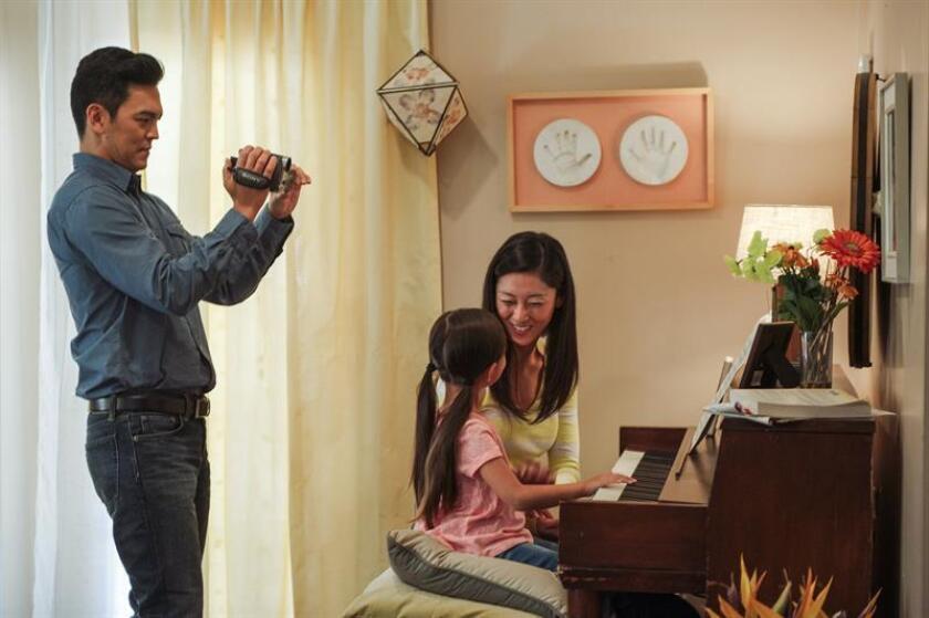 """Fotograma cedido hoy, lunes 20 de agosto de 2018, por Sony donde aparecen el actor de origen asiático John Cho (i), junto a la niña Alex Jayne Go (c-al piano) y la actriz de padres surcoreanos y criada en Guatemala Sara Sohn (d), en una escena de la película """"Searching"""", ópera prima del cineasta indio Aneesh Chaganty. EFE/Elizabeth Kitchens/Cortesía Sony/SOLO USO EDITORIAL/NO VENTAS"""