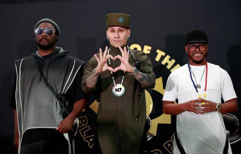 Los integrantes del grupo estadounidense The Black Eyed Peas, Will.i.am (i), Taboo (c) y Apl.de.ap (d), participan en una rueda de prensa en el Pepsi Center de la Ciudad de México (México). EFE/Archivo