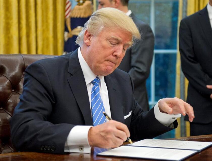 """El presidente de EE.UU., Donald Trump, volvió a criticar hoy a dos de los diarios más prominentes del país, The New York Times y The Washington Post, en un nuevo ataque contra los medios, a los que tilda de """"deshonestos"""". EFE/Archivo"""