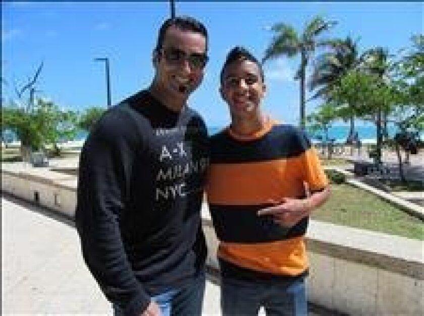 El rapero puertorriqueño Miguelito (dcha) posa junto al fisiólogo Carlos Piña (izq) en esta reciente fotografía. EFE/Archivo