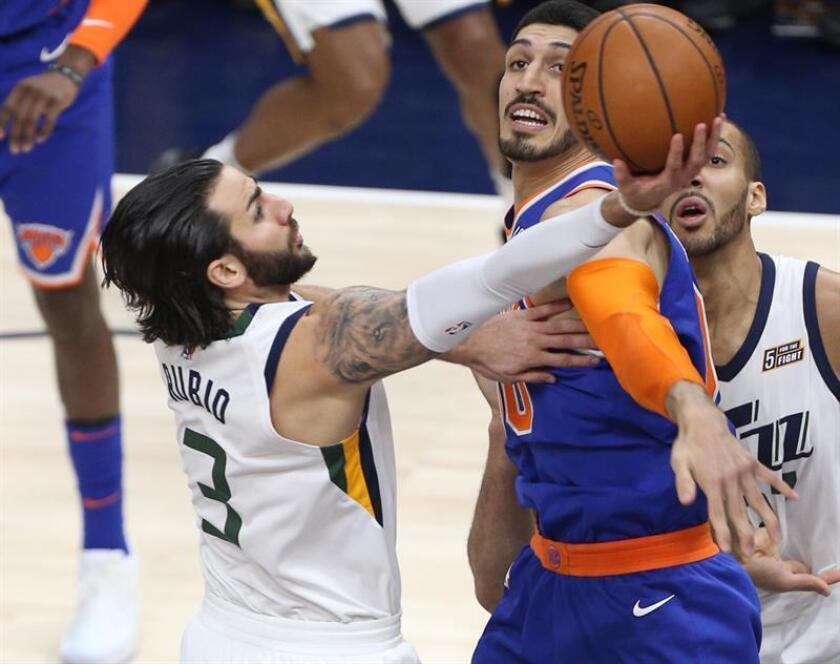 El jugador Ricky Rubio (i) de Utah Jazz disputa el balón con Enes Kanter de New York Knicks. EFE/Archivo