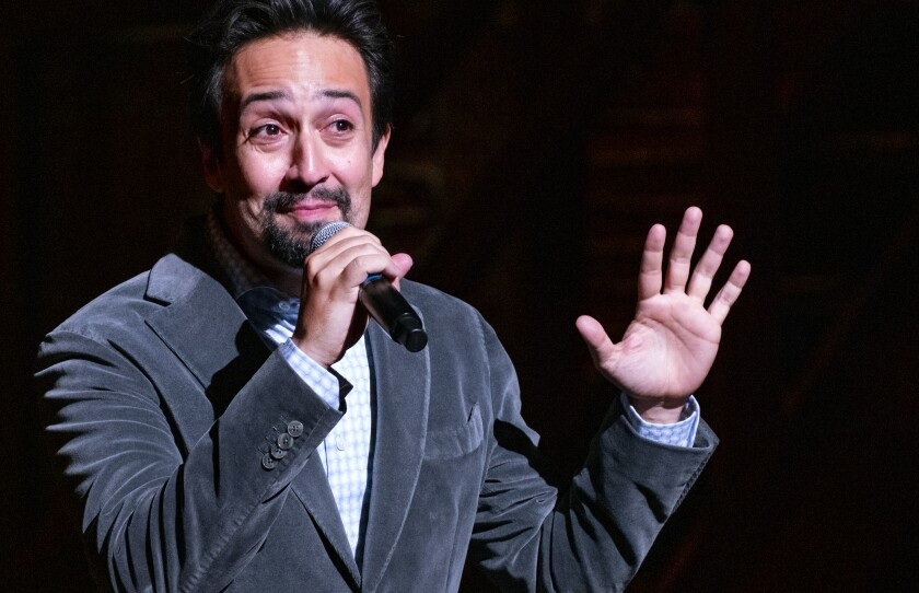 """El creador de """"Hamilton"""" Lin-Manuel Miranda da la bienvenida al público al Teatro Richard Rodgers"""