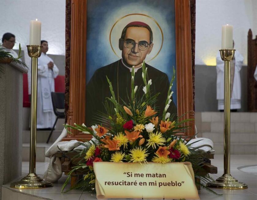 Fotografía de archivo de una imagen del beato salvadoreño, Óscar Arnulfo Romero, en la catedral de Managua (Nicaragua). EFE/Archivo