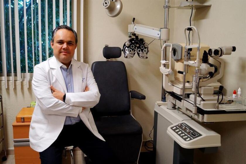 Fotografía cedida este viernes 21 de diciembre de 2018 del doctor Leopoldo Baiza Durán, responsable del consultorio Visión Pediátrica, en México de la Secretaría de Salud. EFE/SECRETARÍA DE SALUD/SOLO USO EDITORIAL