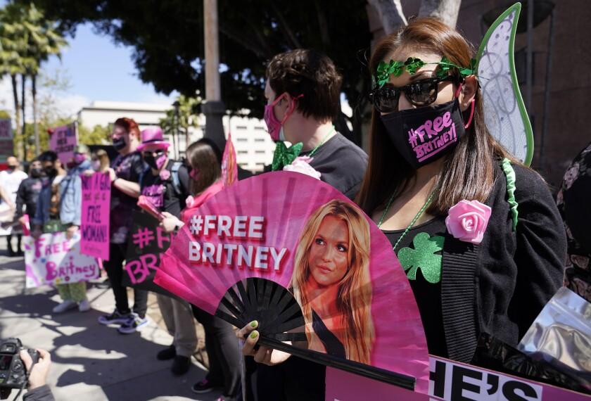 Simpatizantes de Britney Spears se manifiestan afuera de la corte durante una audiencia relacionada con la curaduría.