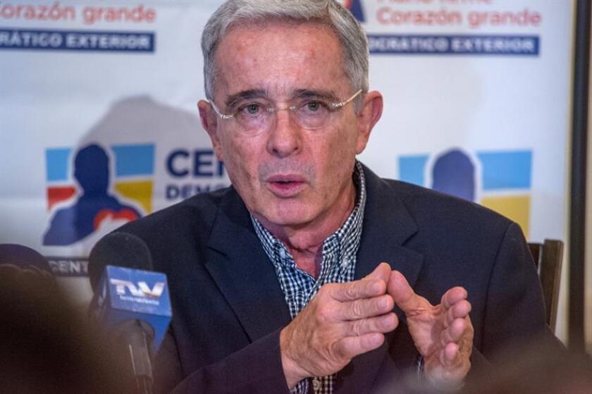 El expresidente y senador colombiano Álvaro Uribe Vélez habla durante una rueda de prensa hoy, sábado 10 de febrero de 2018, en las instalaciones de Signature Grand Davie, condado de Broward, Florida, (Estados Unidos). EFE