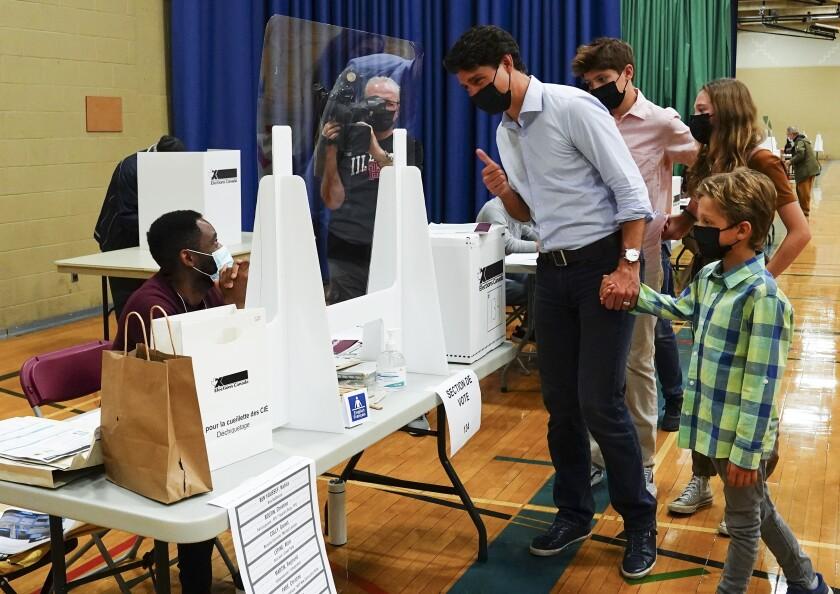 El líder liberal Justin Trudeau vota acompañado por sus hijos en Montreal, Quebec, el lunes 20 de septiembre de 2021. (Sean Kilpatrick/The Canadian Press vía AP)