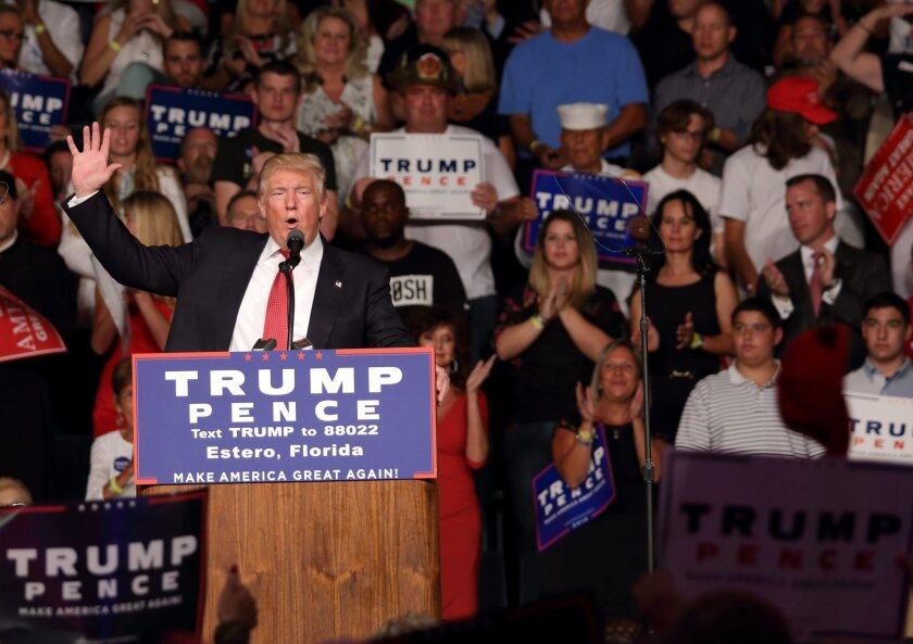 """MIA01. FORT MYERS (FL, EE.UU.), 19/09/2016.- El candidato presidencial republicano, Donald Trump, habla hoy, 19 de septiembre de 2016, en Fort Myers. Los últimos ataques ocurridos en EE.UU. durante el fin de semana han entrado de lleno en la campaña presidencial mostrando de nuevo la visión opuesta entre ambos candidatos a la Casa Blanca para atajar las amenazas terroristas que enfrenta el país. Trump recuperó hoy su propuesta de """"extremar la evaluación"""" de todos los inmigrantes que quieran acceder a suelo estadounidense, así como la de prohibir directamente la entrada a aquellos que procedan de ciertos países sospechosos de albergar células terroristas. EFE/CRISTOBAL HERRERA"""