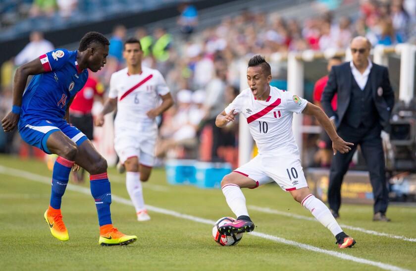 El jugador peruano Christian Cueva (d) protege el balón ante la marca de un defensor haitiano hoy, sábado 4 de junio de 2016, durante un partido entre Haití y Perú por la Copa America 2016, en el estadio CenturyLink Field de Seattle, Washington (EE.UU.). EFE/Jordan Stead