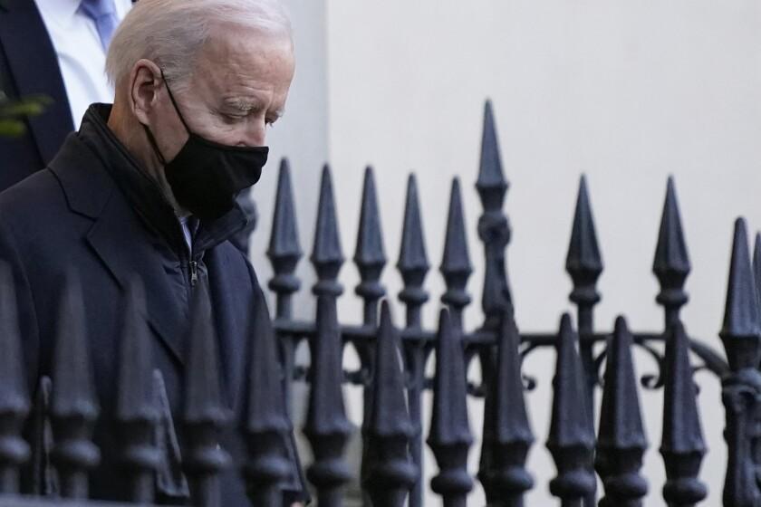 El presidente estadounidense Joe Biden sale de misa en la Iglesia de la Santa Trinidad en Georgetown