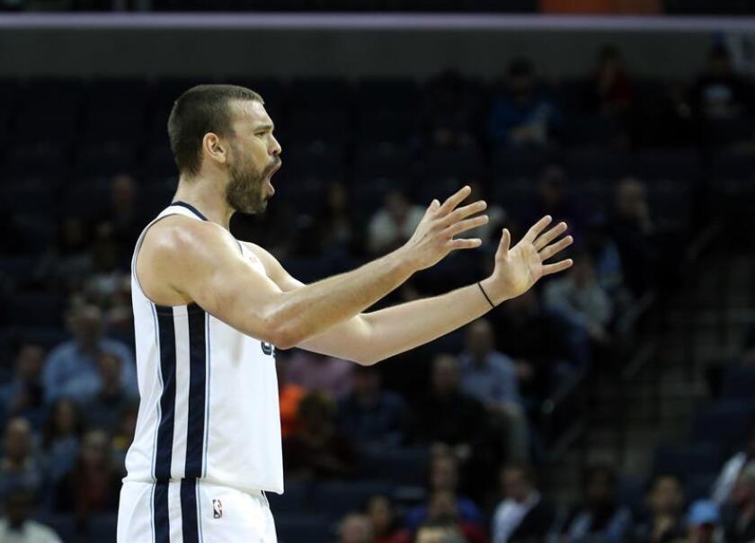 Marc Gasol (i) de Memphis Grizzlies en acción este lunes, durante un partido de la NBA entre los Memphis Grizzlies y los Denver Nuggets, en el FedEx Forum de Memphis (EE.UU.). EFE