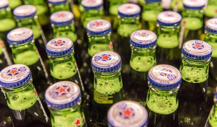 """En su reporte financiero, la compañía atribuyó el resultado a """"la venta de 5,24 % del interés combinado en el Grupo Heineken realizada durante el tercer trimestre de 2017, compensada por el crecimiento de la utilidad de operación y por menores gastos financieros"""". EFE/Archivo"""